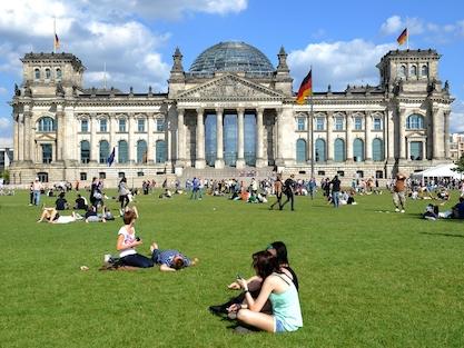 Die Flaggen hängen am Samstag (13.08.2011) am Reichstag in Berlin auf Halbmast. Anlässlich der Teilung Berlins vor 50 Jahren, am 13. August 1961 wird an die Opfer von Mauer und Teilung erinnert. Foto: Britta Pedersen dpa/lbn +++(c) dpa - Bildfunk+++